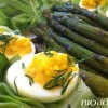 Salade d'asperges bio sauce vinaigrette et oeufs bio mimosa